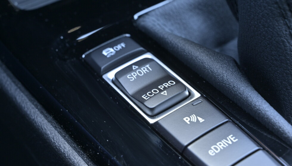 EDRIVE: knappen overstyrer de andre programmene og funkjsonen som lar deg kjøre elelektrisk kan spare deg for bensinutgiftene. Foto: Rune M. Nesheim