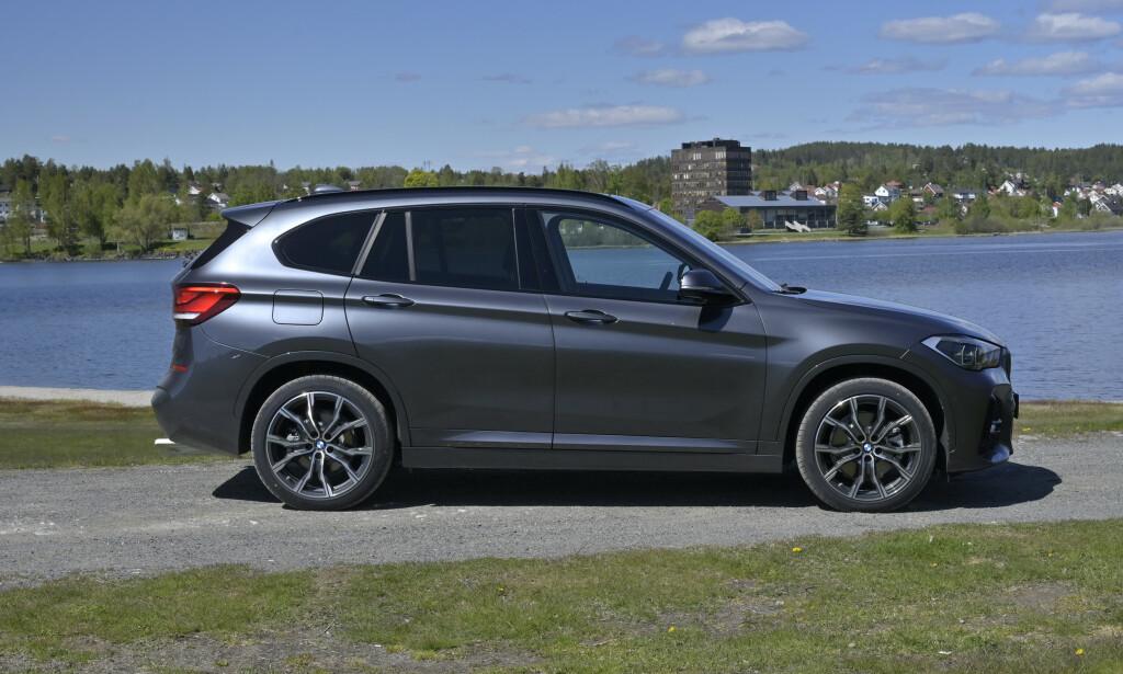 SKIKKELIG SUV: Selv om størrelsen er omtrent den samme som flerbrukeren 2-serie Activ Tourer, har BMW lykkes å få en skikkelig familielikhet med de større X-ene. Størrelsesmessig er den ikke langt unna første generasjon X3. Foto: Rune M. Nesheim