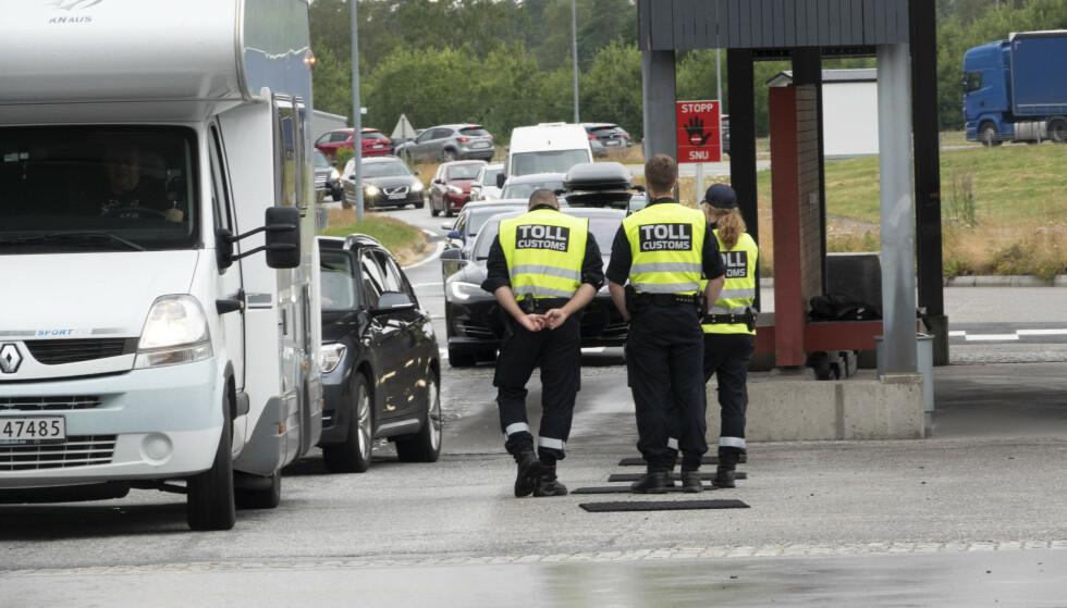 REISE TIL SVERIGE ELLER FINLAND? Ikke alle må i karantene om de krysser grensa til ett av nabolandene. Her fra grensepasseringen på Svinesund. Foto: NTB Scanpix