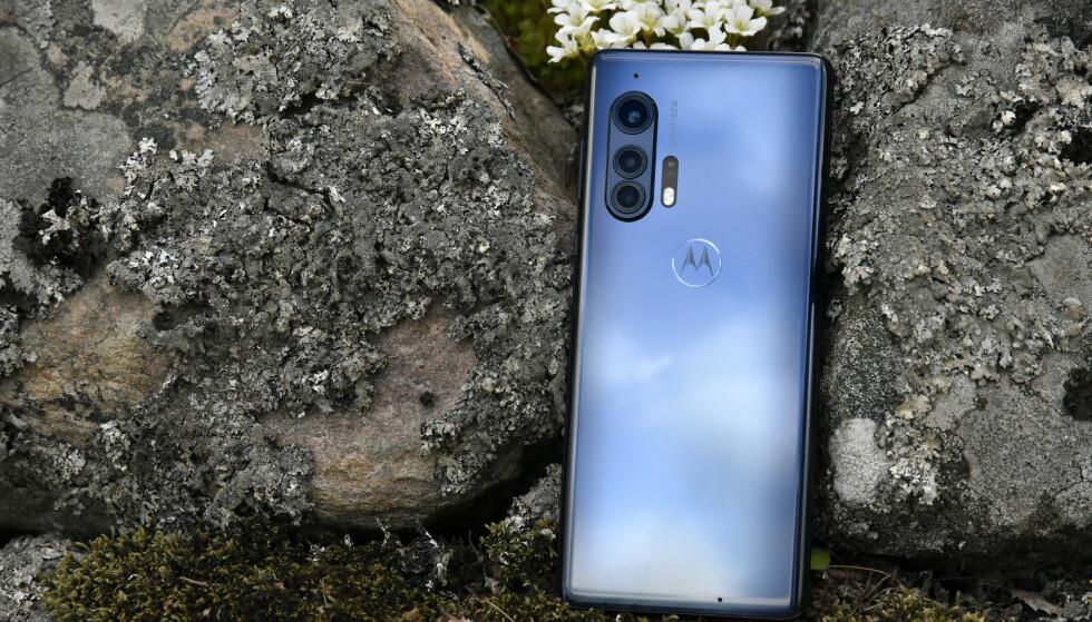 LEKKER: Fargespillet i glassbaksiden på Motorola Edge+ gjør at den står litt frem i mengden. Foto: Pål Joakim Pollen