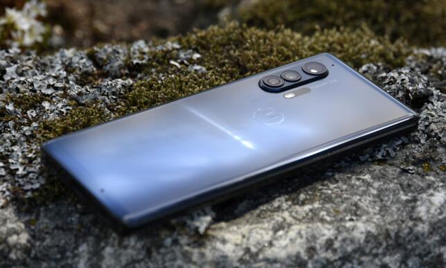 FARGESPILL: Den blå/sorte baksiden på Motorola Edge+ gjør at den skiller seg ut i mengden. Foto: Pål Joakim Pollen