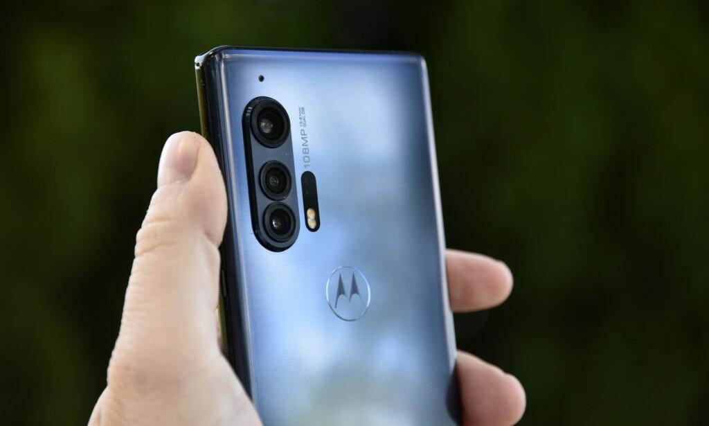 Kameraene på baksiden av Motorola Edge+ stikker ganske mye ut og gjør at telefonen vipper lett når den ligger på et bord. Foto: Pål Joakim Pollen