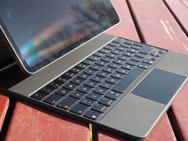 <strong>SAKSETASTER:</strong> Apple bruker taster med såkalt saksemekanisme i Magic Keyboard. Det er i praksis som tastaturet på en bærbar Mac. Foto: Kirsti Østvang
