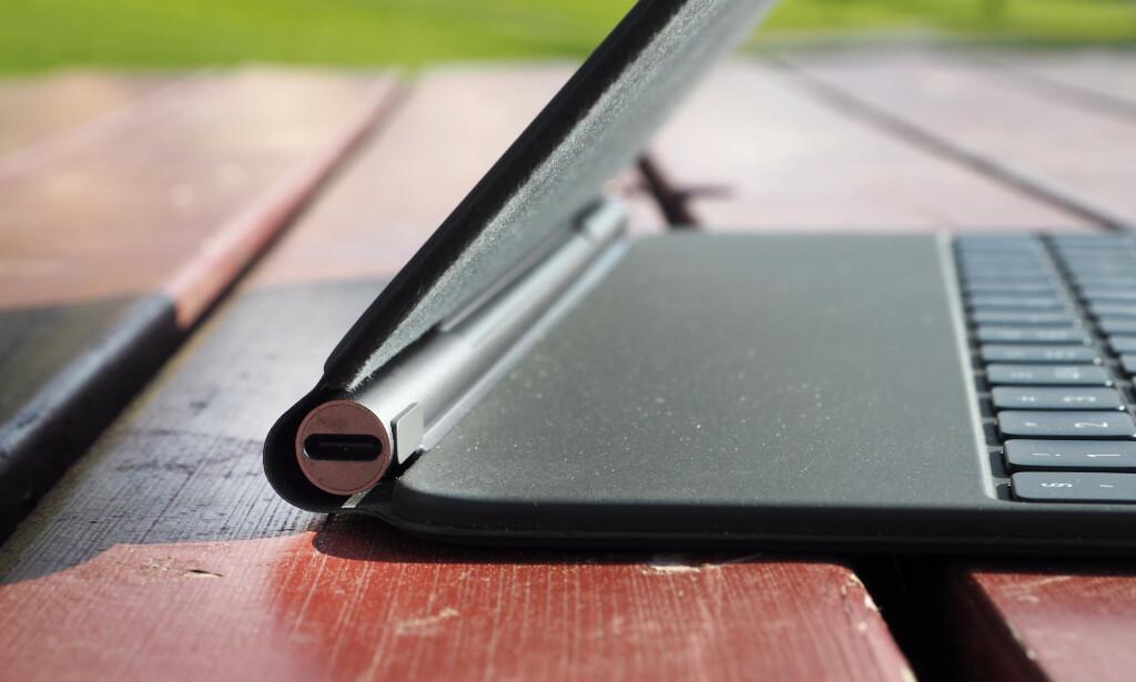 USB-C: I hengselet på Magic Keyboard finner vi en USB-C-port. Denne kan brukes til å lade iPad, og så får du frigjort USB-C-porten på selve iPad-en i tilfelle du ønsker å koble til tilbehør. Foto: Kirsti Østvang