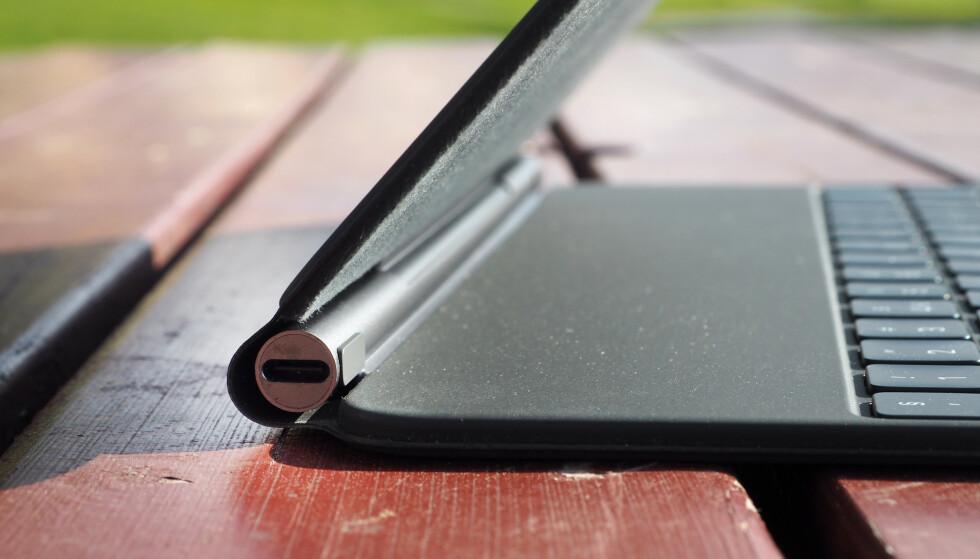 <strong>USB-C:</strong> I hengselet på Magic Keyboard finner vi en USB-C-port. Denne kan brukes til å lade iPad, og så får du frigjort USB-C-porten på selve iPad-en i tilfelle du ønsker å koble til tilbehør. Foto: Kirsti Østvang