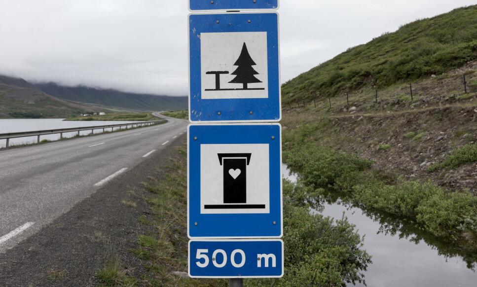 <strong>REDNINGEN ER IKKE NÆR:</strong> Mil etter mil i påvente av en rasteplass med toalett? Alle tørrtoalettene langs både riksveier og fylkesveier er stengt, på grunn av smittevernhensyn. Så da er det bare å kuske videre, på jakt etter en åpen dør ... Foto: Shutterstock/NTB scanpix