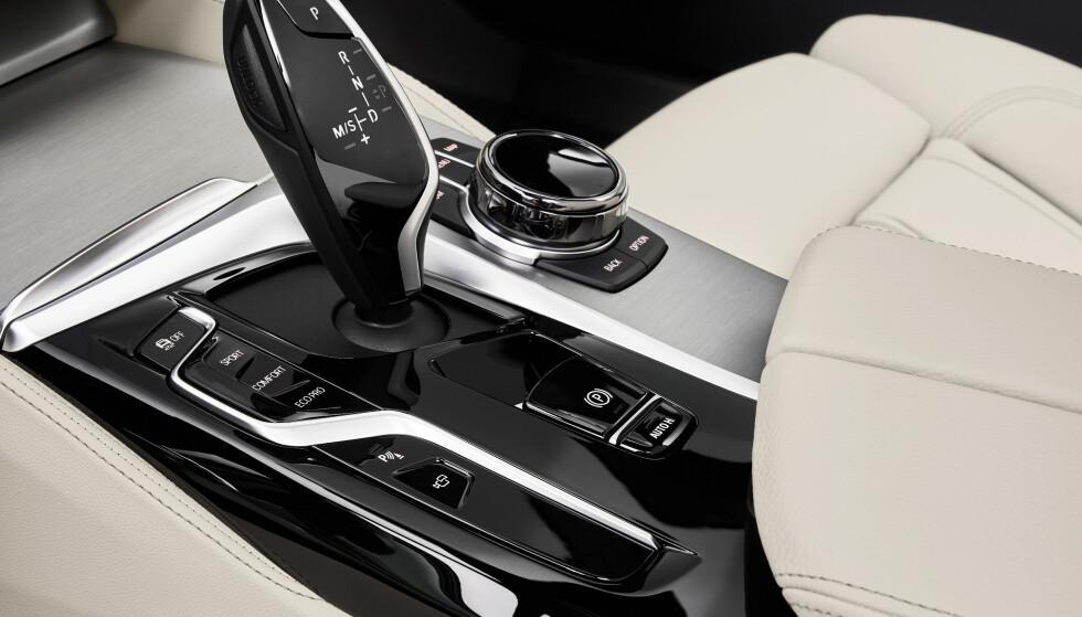 SMÅ SKRITT: BMW tar ikke store krumspring innvendig. Denne knapperekka blir ikke den mest vanlige i Norge, der de fleste vil velge den ladbare versjonen. Foto: BMW