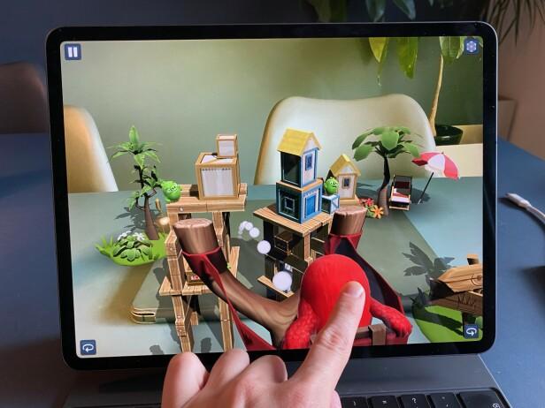 <strong>GØY MED AR:</strong> Med spillet Angry Birds AR: Isle of Pigs kan du skyte fugler på griser i stua di. Faktisk veldig gøy! Foto: Kirsti Østvang