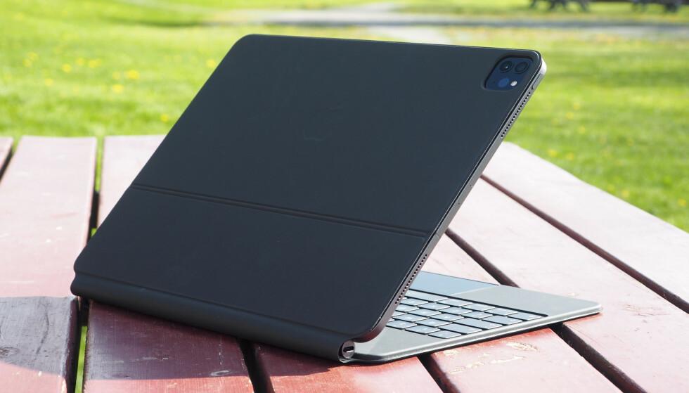 <strong>BESKYTTER:</strong> Magic Keyboard fungerer også som beskyttelsesomslag for iPad Pro. Foto: Kirsti Østvang