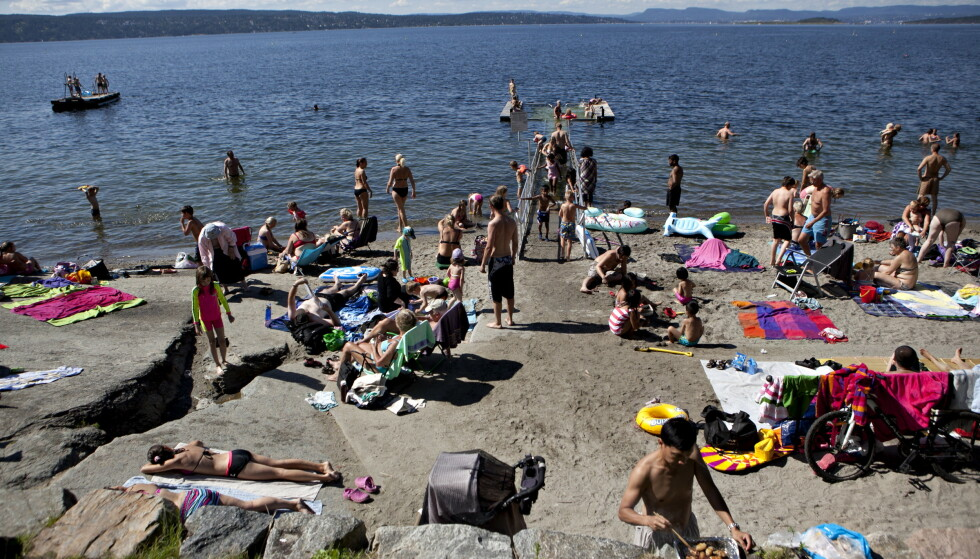 <strong>CORONAVIRUS OG BADING:</strong> Kan du bade og kose deg til tross for covid-19? Her fra Hvervenbukta i Oslo en tidligere sommer. Foto: NTB Scanpix