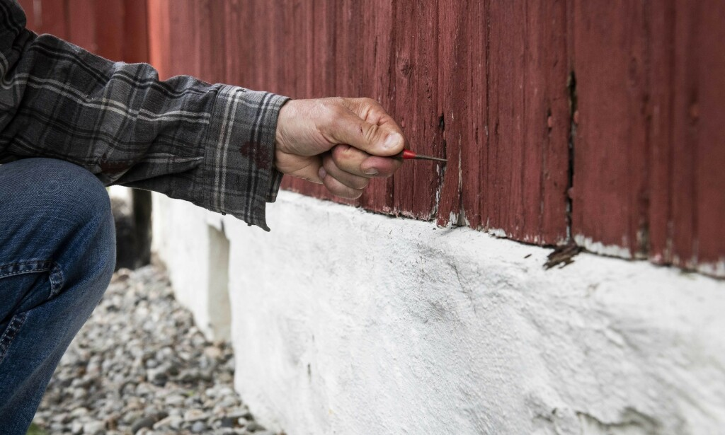 KNIVTRIKS: Bruk en kniv til å avdekke råteskader på ytterveggene. Foto: Norsk Hussopp Forsikring.