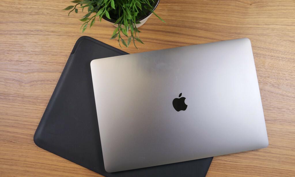 FORLENGER LEVETIDEN: Apple har sluppet en ny funksjon som er laget for å forlenge levetiden på MacBook-batteriet ditt. Foto: Kirsti Østvang