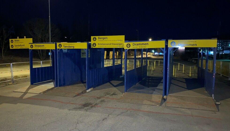 BUSS FOR TOG: Skal du reise kollektivt sørover fra Asker i sommer, må du belage deg på å stå i kø for buss for tog. Foto: Vy