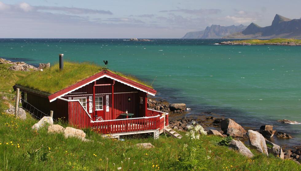 HYTTEDRØM: Ei hytte ved havet er beskrivelsen på sommeridyll for mange, og dette er kanskje sommeren hyttedrømmen skal bli virkelighet. Potensielle hyttekjøpere bør imidlertid lese saken under før de kjøper feriebolig, slik at de ikke forhaster seg. Foto: Shutterstock/NTB Scanpix.