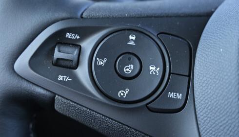ADAPTIV: Den adaptive fartsholderen fungerer suverent og med hjelp fra aktiv filholder, har du i mange tilfeller nesten selvkjørende bil. Men hva gjør rattvarmen der? Foto: Rune M. Nesheim