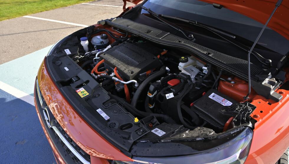 <strong>TAR OPP PLASSEN:</strong> Under panseret finnes girkasse motor og elektronikk. Ingen plass til Frunk her. Foto: Rune M. Nesheim