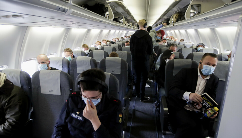 MUNNBIND: SAS har innført påbud om ansiktsmaske, men både Widerøe og Norwegian avventer. Foto: Vidar Ruud / NTB scanpix