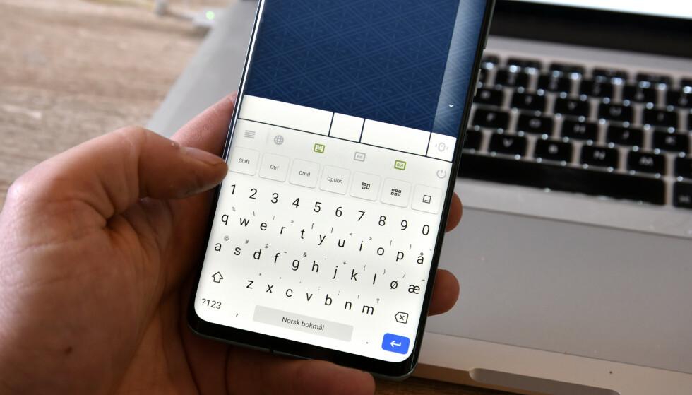 FLEKSIBEL: Her kan vi styre datamaskinen fra telefonen, enten vi vil skrive inn tekst, bevege muspekeren eller skrolle i innholdet. Foto: Pål Joakim Pollen