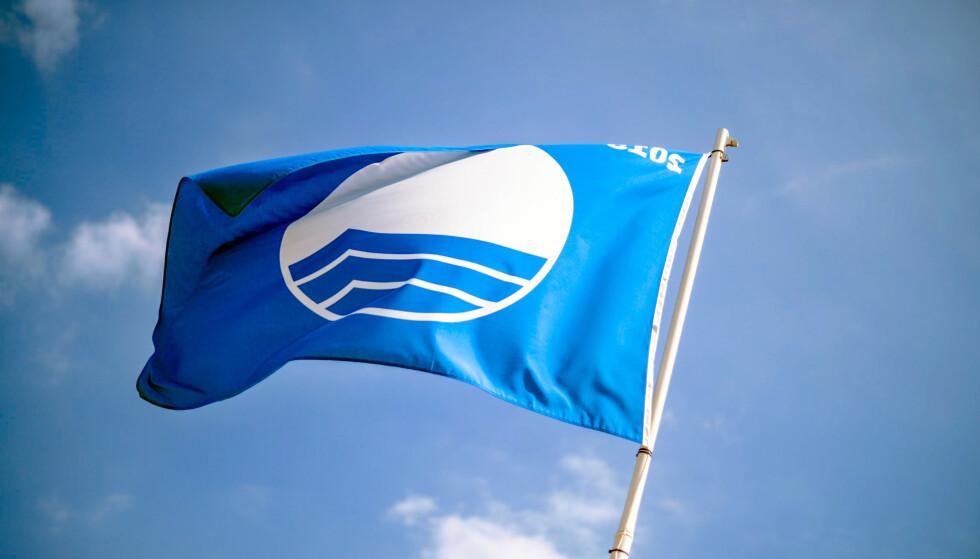 BLÅTT FLAGG: Strender som er godkjente i Blått Flagg-ordningen kan heise et slikt flagg. Sommeren 2020 kan 17 strender og tre marinaer heise dette flagget. Foto: Shutterstock/NTB scanpix