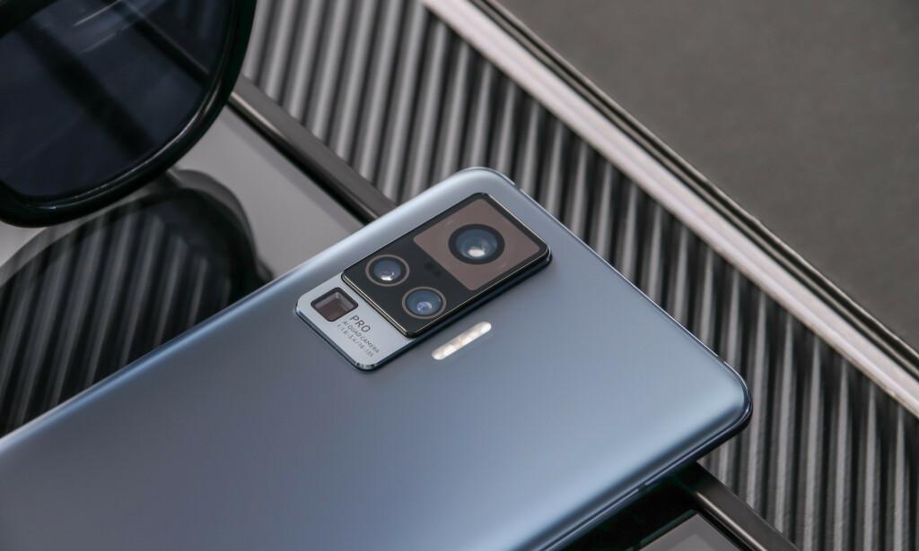 HEFTIG: Vivos gimbal-stabiliserte kamera på X50 Pro ser på ingen måte beskjedent ut på baksiden. Foto: Vivo