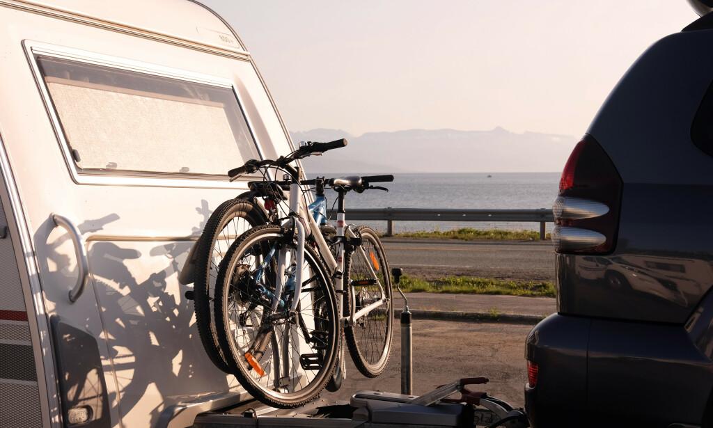 OVERVEKT: Eksperter frykter at det er mange som vil kjøre ulovlig med bobil og campingvogn denne sommeren, da de ikke har satt seg inn i hvor mye de har lov til å ta med seg. Mennesker, vann, grillutstyr sykler og mer teller med på den totale vekta. Foto: Shutterstock