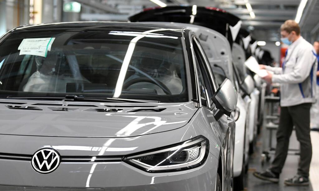 RABATT: Tyskerne vil gi rabatt til elbilkjøpere for å få i gang industrien. Foto: REUTERS