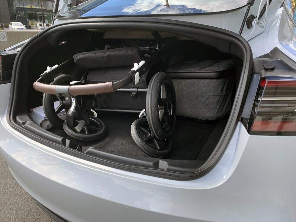 <strong>IKKE OPTIMALT:</strong> Det er også plass til hjulene/understellet på barnevogna baki, men da må de ligge bak overdelen. Det er upraktisk med tanke på plassen. Foto: Øystein B. Fossum