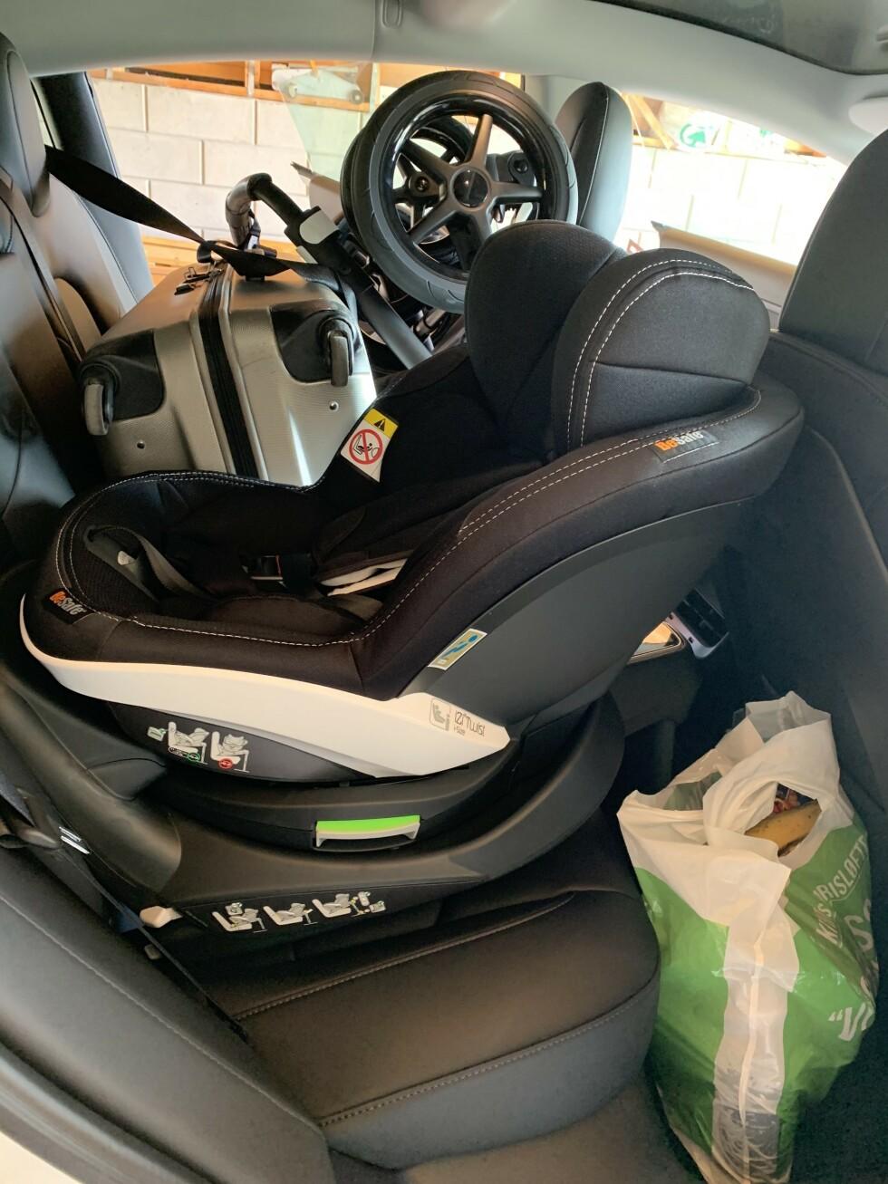 IKKE ANBEFALT: I hvert fall om du skal ha et barn sittende i barnesetet, ville vi ikke ha plassert bagasjen i selen ved siden av. Foto: Øystein B. Fossum