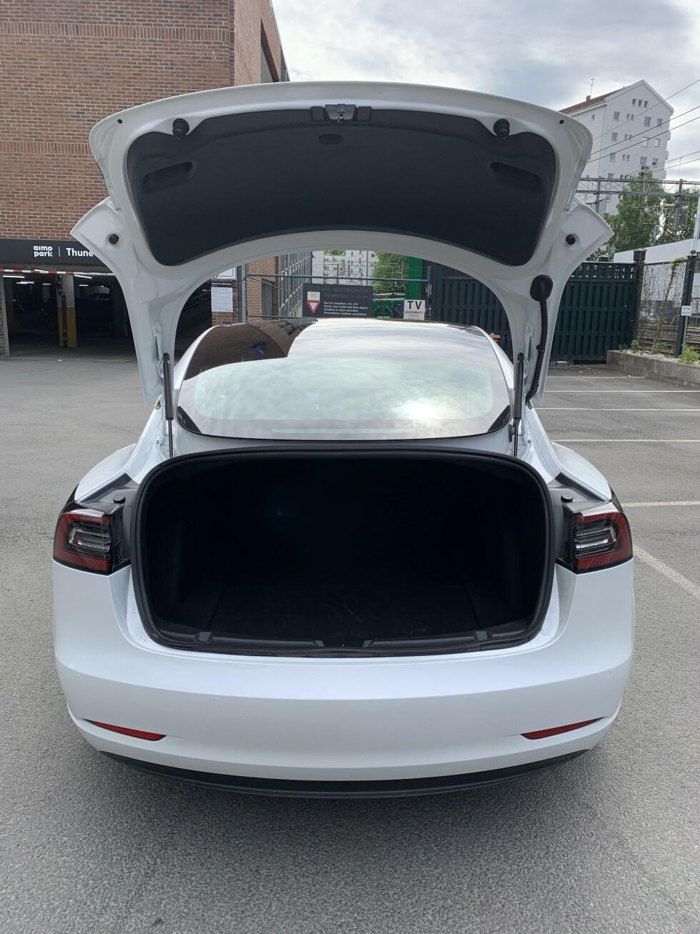 <strong>DYPT, MEN LAVT:</strong> Bagasjerommet på Tesla Model 3. Foto: Øystein B. Fossum
