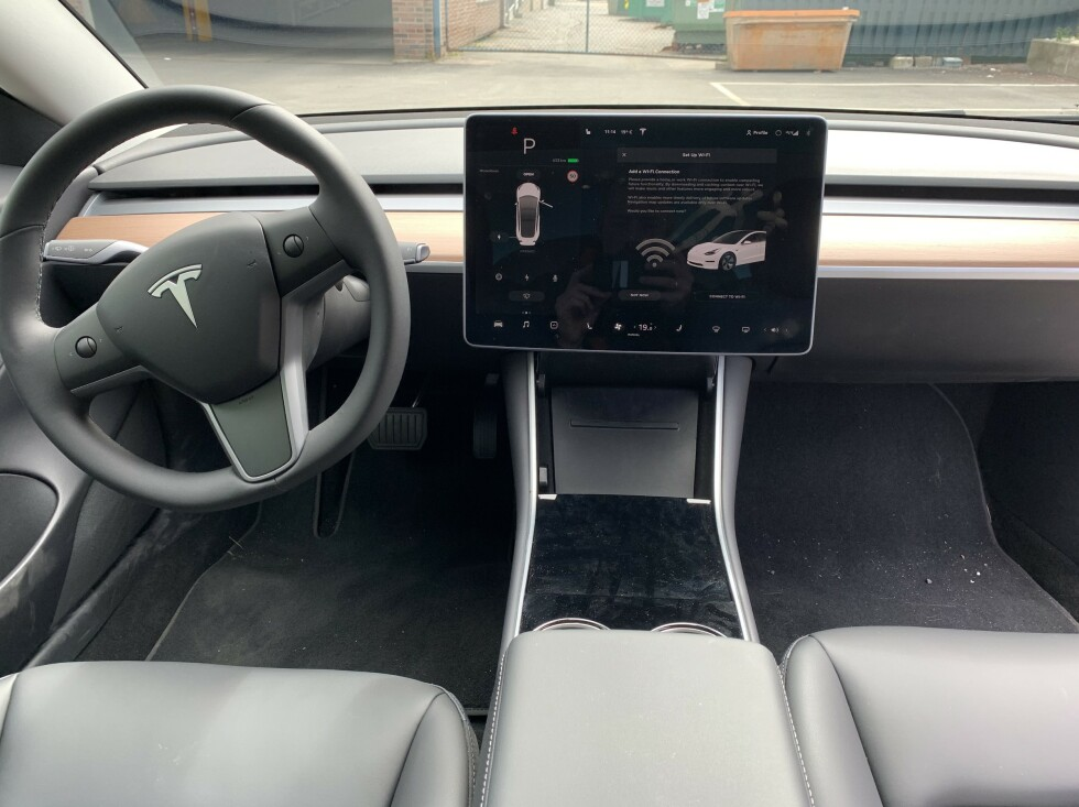 RENT OG FINT: Tesla Model 3 oppleves stilren og fin, med lavt dashbord og uten noen skjermer bak rattet - noe flere vil savne, da det ikke er optimalt å kikke ned til høyre hver gang man skal sjekke hastighet, GPS eller annet. Foto: Øystein B. Fossum