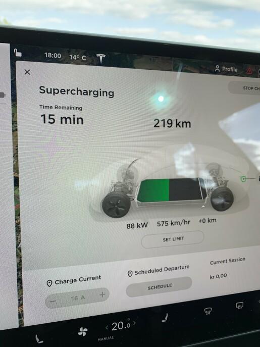 <strong>FORUTSIGBART:</strong> Hurtigladingen tar ikke veldig lang tid, men både mobilapp og skjermen i bilen forteller deg hvor mye strøm du får på batteriet til enhver tid, og hvor lenge ladingen har igjen. Foto: Øystein B. Fossum