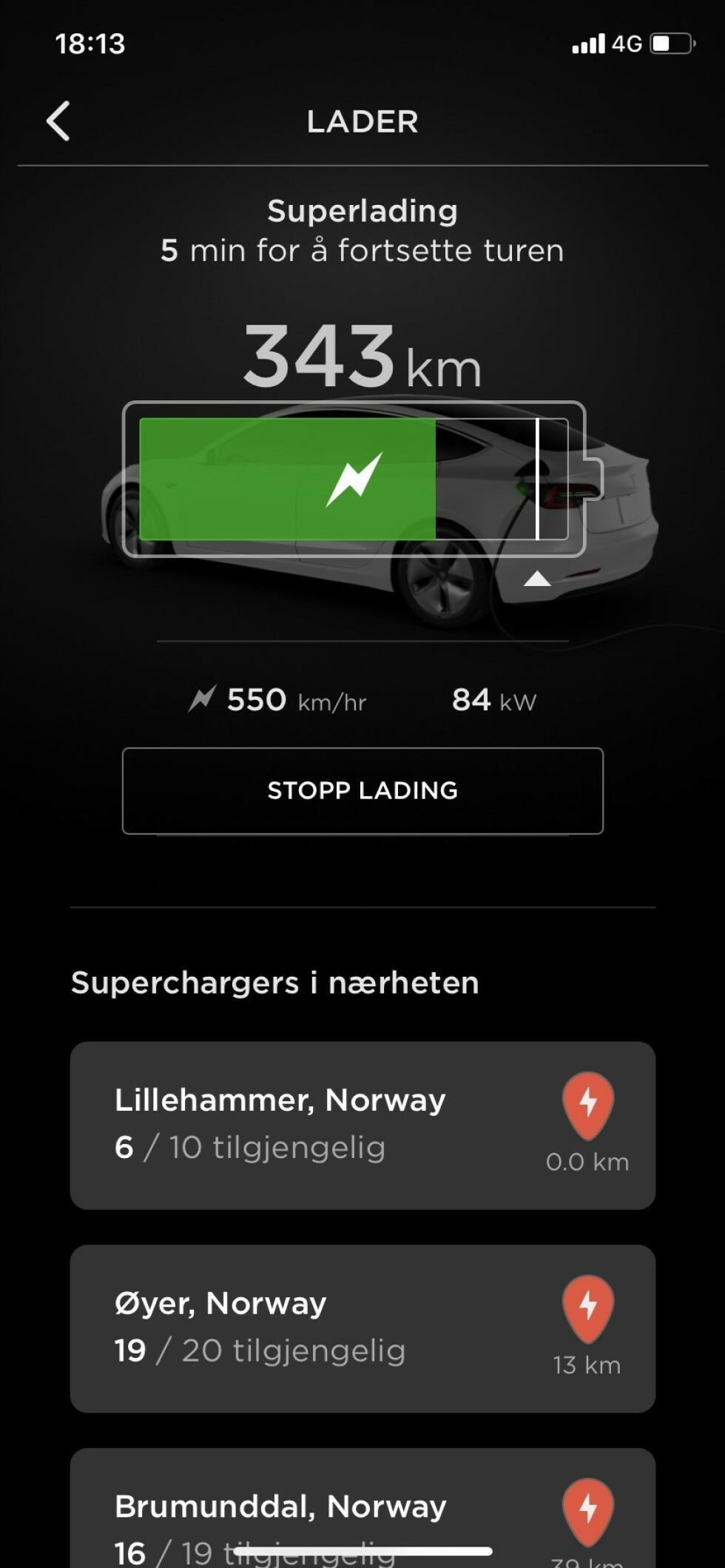 FORUTSIGBART: Hurtigladingen tar ikke veldig lang tid, men både mobilapp og skjermen i bilen forteller deg hvor mye strøm du får på batteriet til enhver tid, og hvor lenge ladingen har igjen. Foto: Øystein B. Fossum