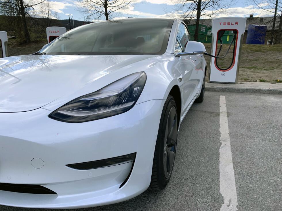 ENESTÅENDE: Tesla er kjent for sine «Superchargere». På langtur vil kartet fortelle om og eventuelt hvor og hvor lenge du bør lade på turen. Foto: Øystein B. Fossum