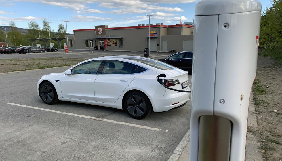 BILLIGST: Til tross for prisøkning på over 50 prosent er superladerne til Tesla rimeligere enn konkurrentenes hurtiglade-alternativer. Foto: Øystein B. Fossum