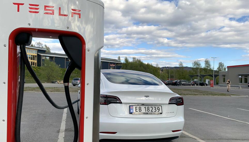 TESLA ØKER PRISEN: Fra og med i dag koster det 51 prosent mer å fylle strøm på Teslas egne hurtigladere, kalt «Supercharger». Foto: Øystein B. Fossum