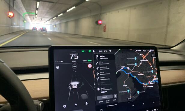 HVA ER FARTSGRENSA? GPS-en på Tesla Model 3 viser i likhet med flere andre bilmerker feil fartsgrense stadig vekk. Hold derfor øye med skiltene selv, slik du naturligvis lærte på kjøreskolen. Foto. Øystein B. Fossum