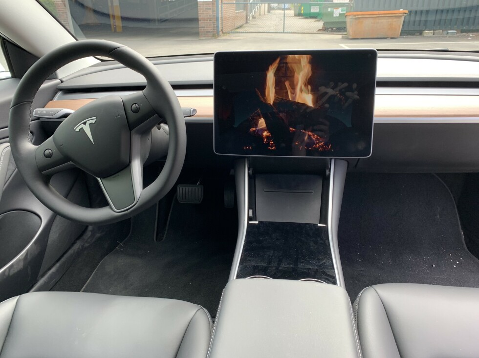 VARMER: Tesla selv er stolte over peisfunksjonen i Model 3, som også starter varmeanlegget i bilen. Undertegnede testet det med en dame, som ikke ble imponert. Kanskje fungerer det bedre på vinteren? Foto: Øystein B. Fossum