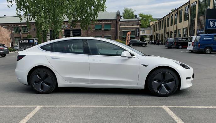 BLIR RIMELIGERE: Tesla senker nå prisene med om lag 8 prosent, for alle versjonene av Model 3. Foto: Øystein B. Fossum