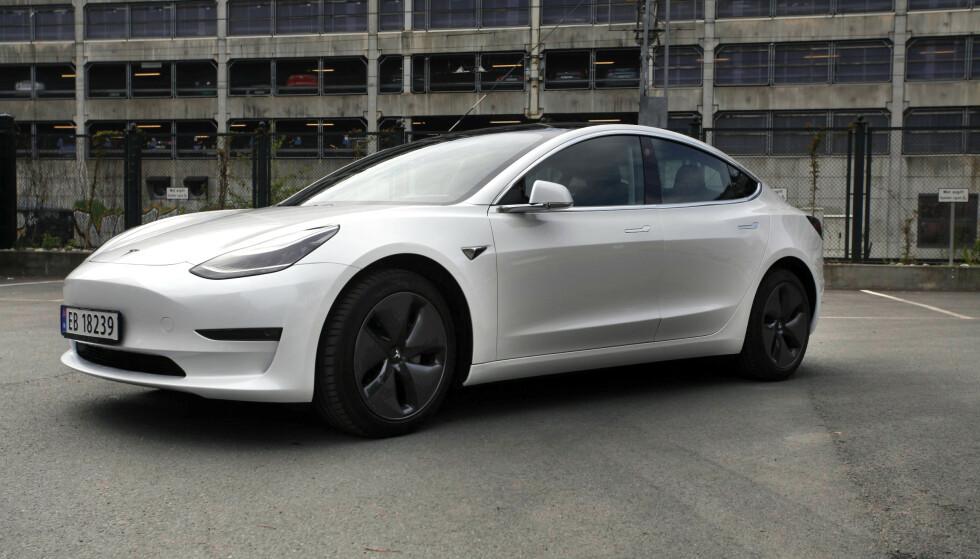 <strong>POPULÆR:</strong> Tesla Model 3 har blitt en bestselger i Norge - men er den egentlig stor nok for en familie? Foto: Øystein B. Fossum
