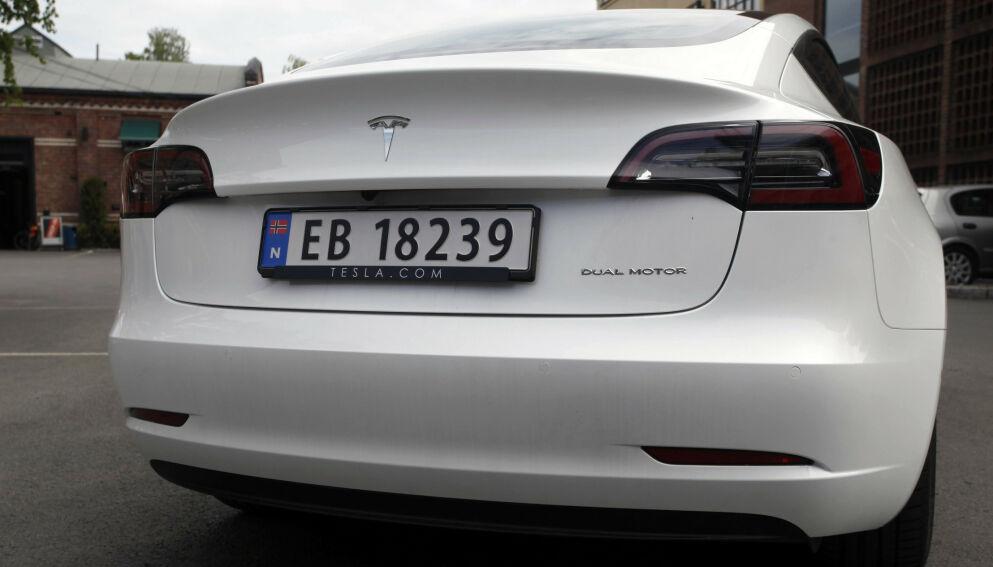 NY TESLA-MILEPÆL: Tesla har passert 60 000 elbiler i Norge, siden et lite antall Tesla Roadster kom til landet før 2010. Tesla Model (bildet), som ankom sist, har på rekordtid passert de andre modellene til det amerikanske elbilmerket. Foto: Øystein B. Fossum