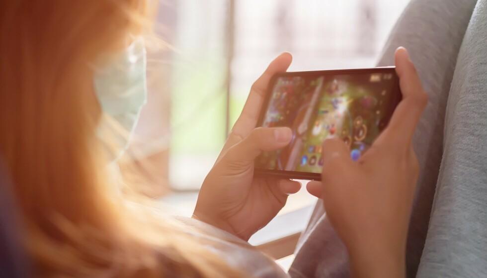 SPILL PÅ FARTEN: Blir det litt ledig tid i sommer, finnes det mange gode mobilspill å slå den ihjel med. Foto: Shutterstock / NTB Scanpix