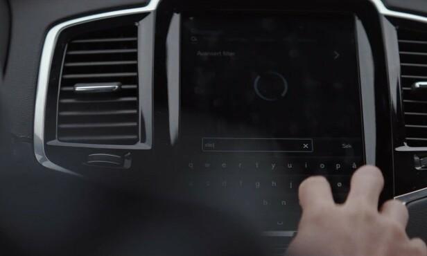 IKKE FLERE TING PÅ ÉN GANG: Å stille inn GPS-en mens man kjører, er med på å gjøre deg uoppmerksom.