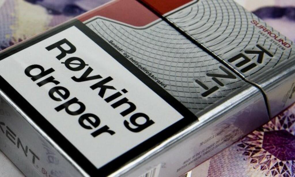 ENDRER VANER: Forskerne viser til at advarsler på røykpakker har fått folk til å endre vaner betydelig. De mener at en slik advarsel på bensinpumpene vil få folk til å gå over til mer miljøvennlige drivstoff. Foto: Dinside