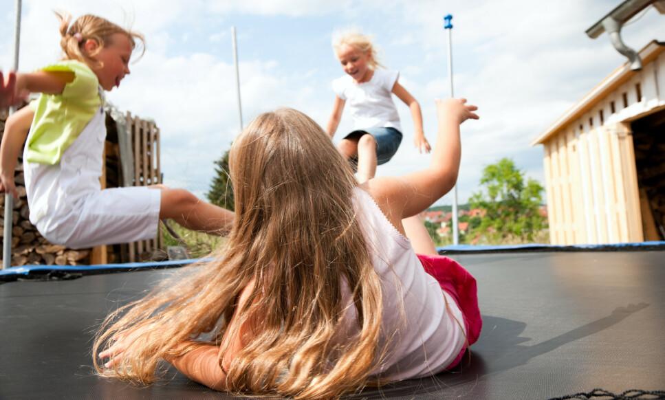 HEI OG HOPP OG AU!: Trampoline er supermoro men ikke risikofritt. Derfor er det visse regler som bør følges på trampolinen. Tipsene får du i artikkelen under! Foto: NTB Scanpix.