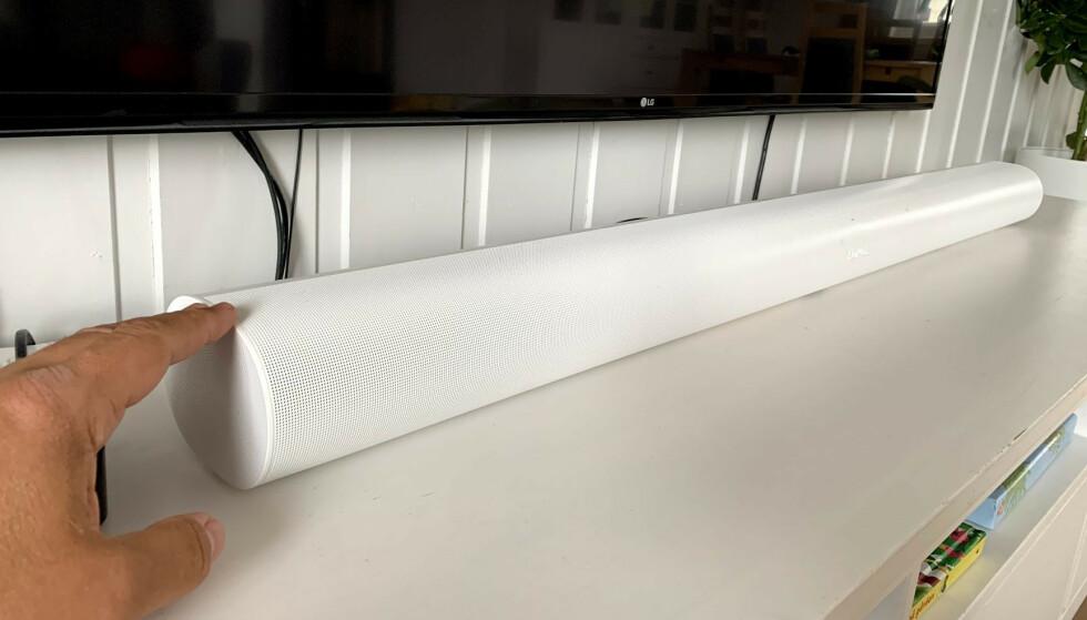 <strong>BRED:</strong> Sonos Arc er hele 134 centimeter bred. En rekke høyttalerelementer er plassert i forskjellige vinkler i det avrundede huset. Foto: Bjørn Eirik Loftås
