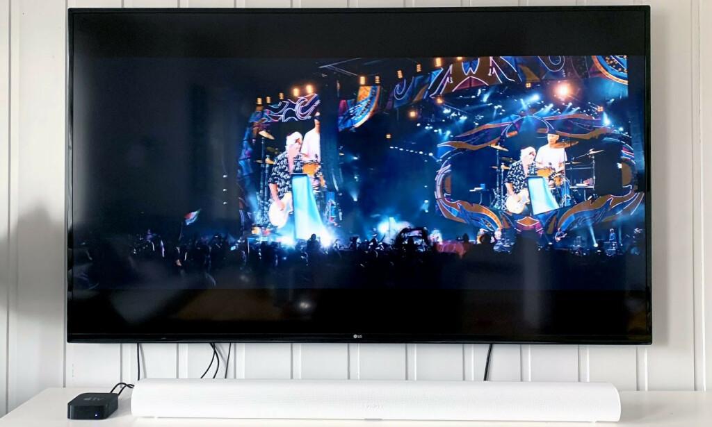 BRED: Her står Arc foran en TV på 70 tommer. Se også hvor liten vår Apple TV blir i oppsettet. Arc fås både i sort og hvit utførelse. Foto: Bjørn Eirik Loftås