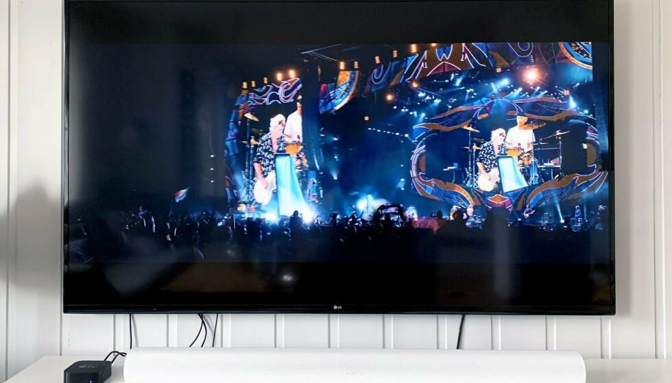 <strong>BRED:</strong> Her står Arc foran en TV på 70 tommer. Se også hvor liten vår Apple TV blir i oppsettet. Arc fås både i sort og hvit utførelse. Foto: Bjørn Eirik Loftås