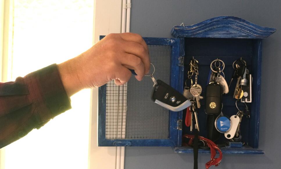 IKKE SLIK: Bilnøkkelen bør ikke oppbevares i nærheten av inngangsdøra. Det gjør at tyver lett kan stjele nøkkelen eller kopiere koden mens de står på utsiden. Foto: Rune Korsvoll