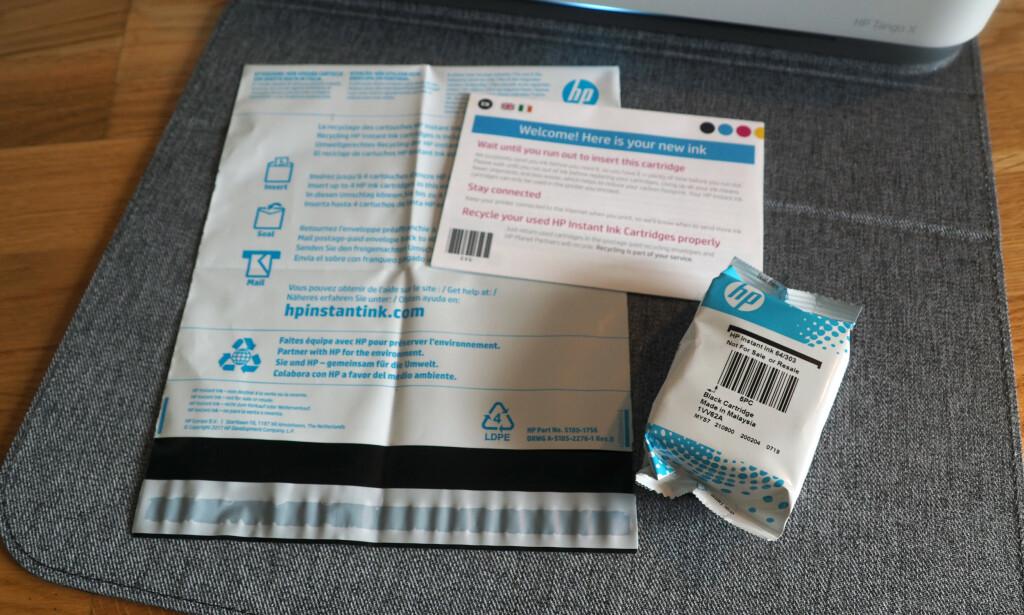 NYTT BLEKK PÅ DØRA: Kort tid etter at vi hadde registrert oss på HPs Ink-tjeneste, fikk vi en pakke med blekk. Det fulgte også med en pose for å sende tilbake brukte blekkpatroner. Foto: Kirsti Østvang
