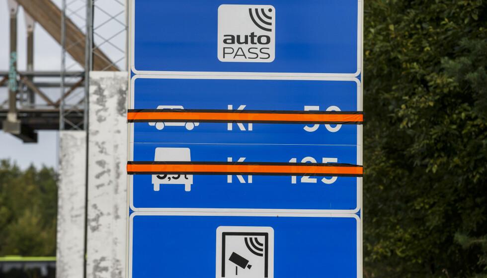 BETALER TILBAKE: Ifølge motor.no har tre av fem bompengeselskaper begynt å refundere penger til kunder som har måtte betale for passeringer foretatt av sitt gamle kjøretøy. Her illustrert med bilde fra da det ble slutt på betale bompenger for å kjøre Oslofjordtunnelen mellom Drøbak og Hurum. Foto: NTB